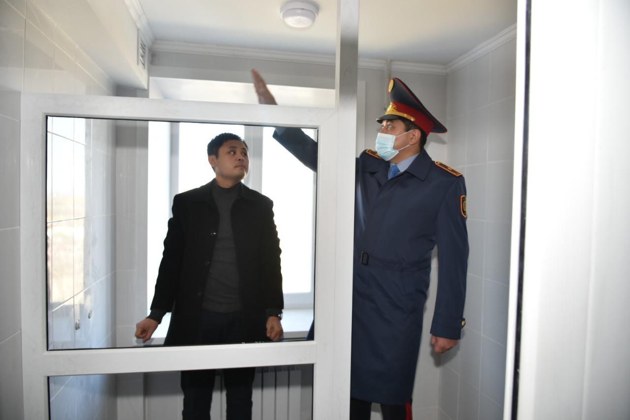 Начальник Карагандинской академии Акынкали Дарменов проинспектировал ремонт общежитий в Учебном центре МВД РК, расположенном в г. Темиртау